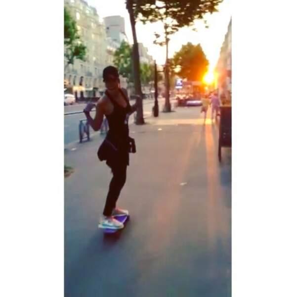 La skateuse arpente les rues de Paris