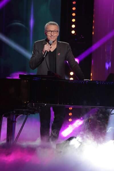 Laurent Ruquier (joue du piano debout)