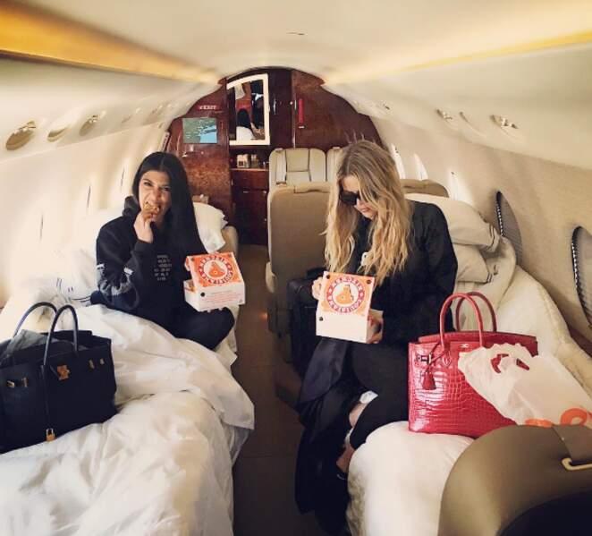 Kourtney et Khloé Kardashian se goinfraient entre soeurs dans leur jet privé.