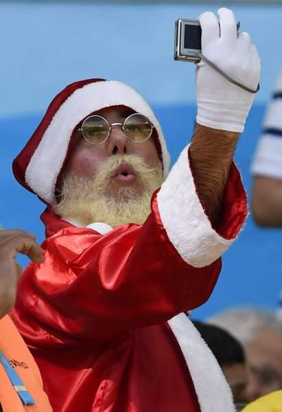 Hé oui, le père Noël a lui aussi cédé à la mode des selfies