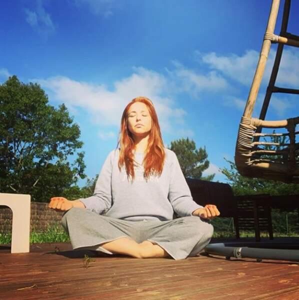 À force de méditer, Natasha St-Pier va peut-être réussir à léviter !