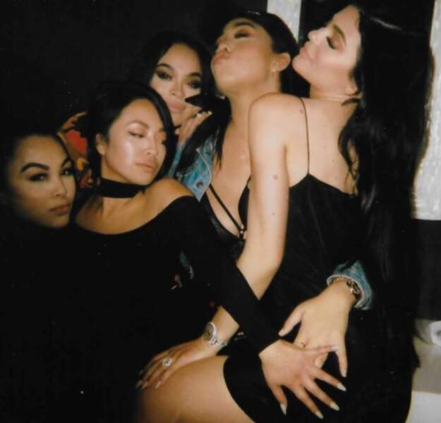 Chaleuuuur ! Kylie Jenner prend une pose sensuelle lors d'une soirée entre filles !