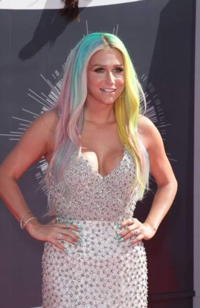 Enfin, ça n'est pas aussi voyant que les cheveux de Kesha ! Alerte arc-en-ciel !