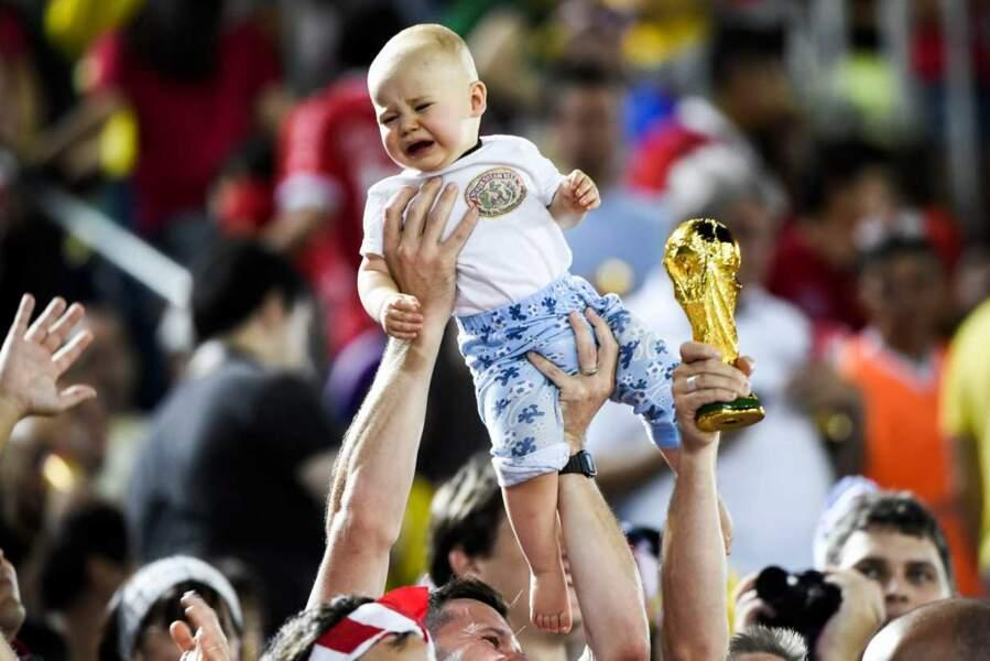 Bébé aurait préféré être devant Gulli, plutôt qu'au milieu de cette foule de supporters...