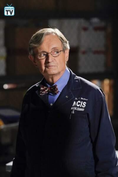 David McCallum (Dr Donald Mallard) n'est pas un agent, mais le médecin légiste d'origine écossaise de l'équipe.