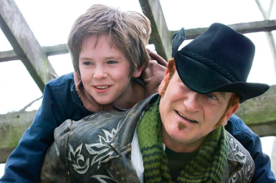 Il côtoie de grands acteurs, comme Robin Williams dans August Rush (2007)