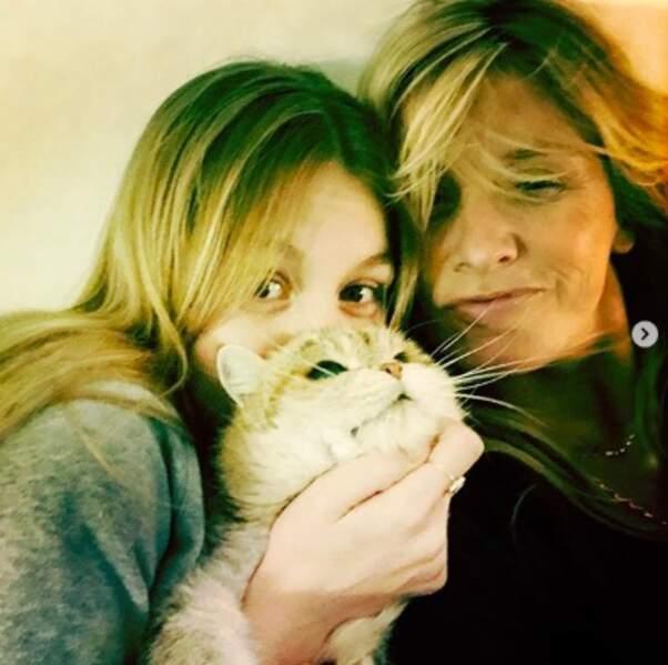 Trop chou : selfie de famille pour Sarah Poniatowski, sa fille Yasmine Lavoine et leur chat Penny.
