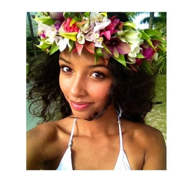 Flora Coquerel a tout compris : assortir son maillot avec une couronne de fleurs... On dit oui !