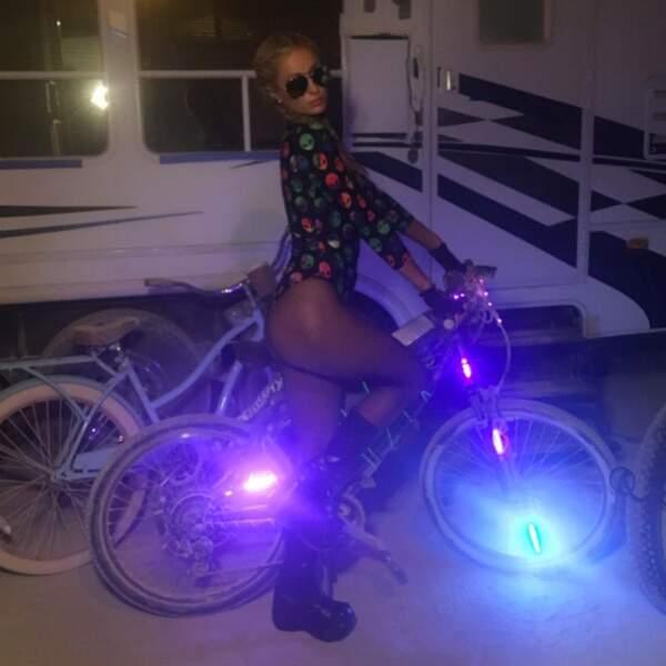 On préfère quand même la version de Paris Hilton : vélo au festival Burning Man 2016...