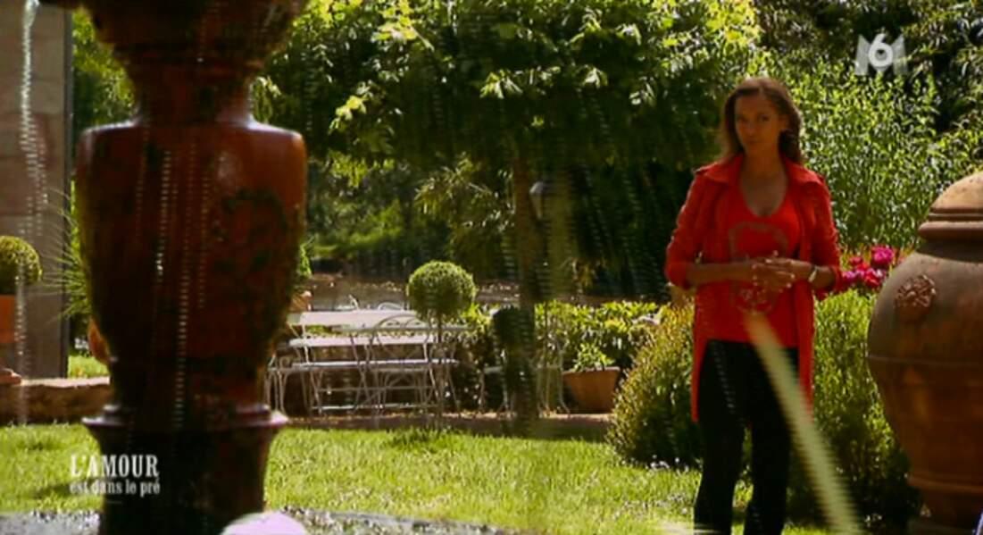 Karine, attention à la fontaine ! Tu vas te faire arroser !