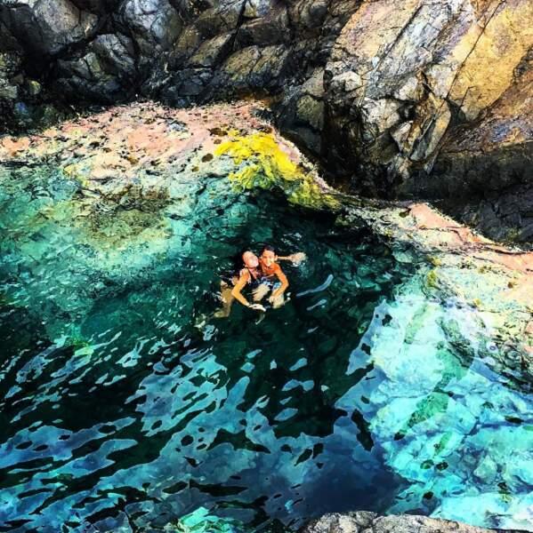 Ici avec son fils, elle profite des piscines naturelles de l'île.