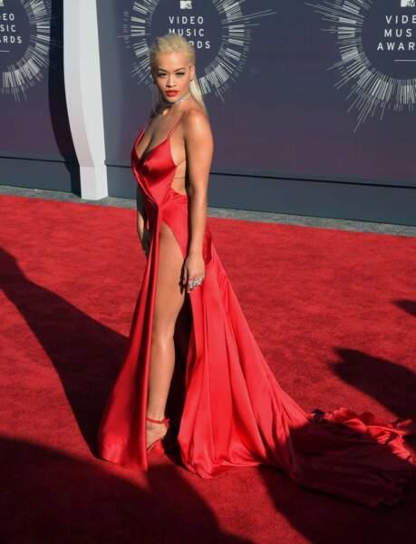 Rita Ora avait sorti sa plus jolie robe rouge fendue... Du meilleur goût !