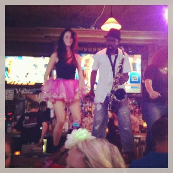 Bonus. Kaya en jupe rose, sur une table. Tout va bien