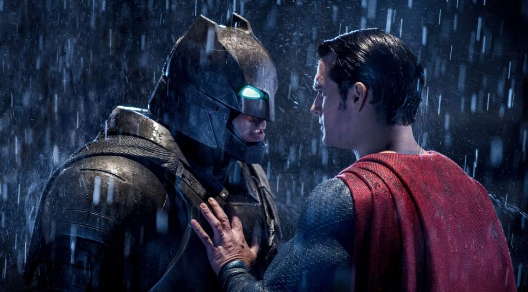 Batman (Ben Affleck) et Superman (Henry Cavill) s'opposent dans Batman v Superman : L'Aube de la justice (2016)