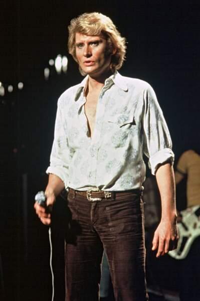 1977 : Brushing aérien et chemise très ouverte (pour assurer le sex-appeal)