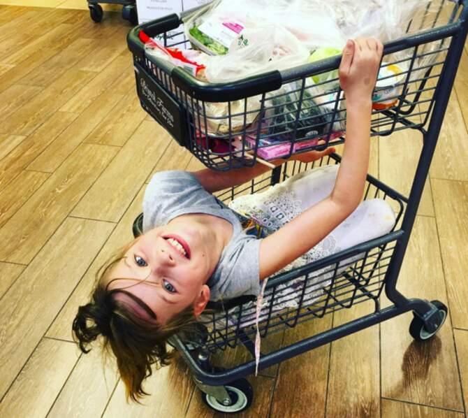 L'astuce de Milla Jovovich pour faire les courses tranquille : coincer sa fille dans le caddie. Pas bête.