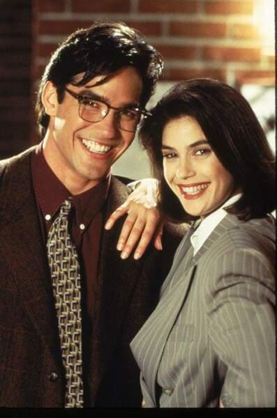 Superman avec sa cape, Clark Kent porte ses lunettes quand il est journaliste. La preuve dans Loïs et Clark !