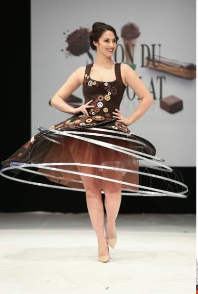 Charlotte Namura et sa robe tout en cercles, au Salon du Chocolat 2016