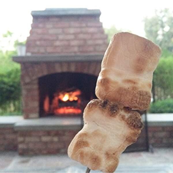 Une vie parfaite digne des séries TV : des chamallows grillés au feu de cheminée