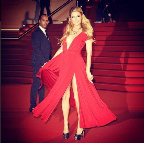 Paris Hilton tout de rouge vêtue, sur le tapis rouge du Palais des Festivals