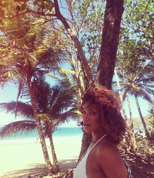 En parlant de tropiques, Manon Azem profite à fond de la Guadeloupe.