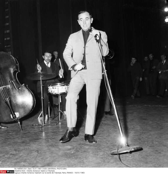 Charles Aznavour répétant sur la scène de l'Olympia en 1963
