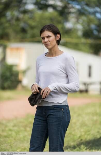 Maggie, vêtements amples et déchirés