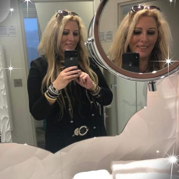 Loana, elle, est déjà prête. D'ailleurs, elle le montre dans son étincelant miroir.