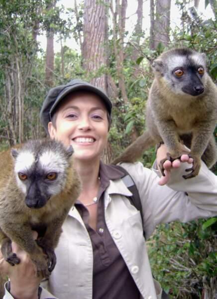 Sa collègue Sophie Jovillard s'éclate bien elle aussi. Ici, en Thaïlande avec des singes...