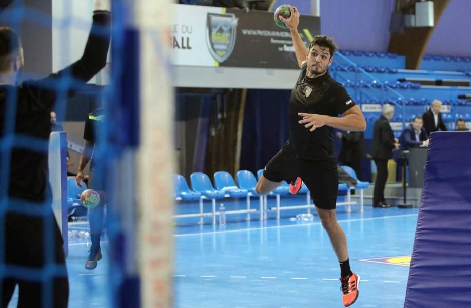 En septembre 2016, il a décidé de mettre sa carrière de nageur entre parenthèses pour se consacrer au handball