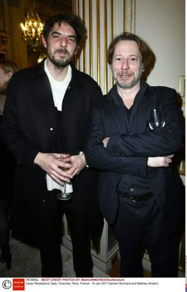 Damien Bonnard (Rester vertical) et Mathieu Amalric essaient de cacher leurs verres pour la photo... On les a vu !