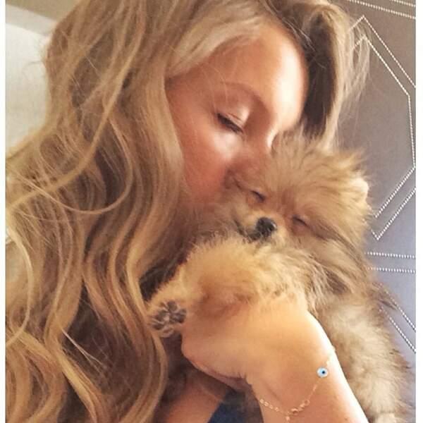 Et elle a ce chien trop mignoooooon.
