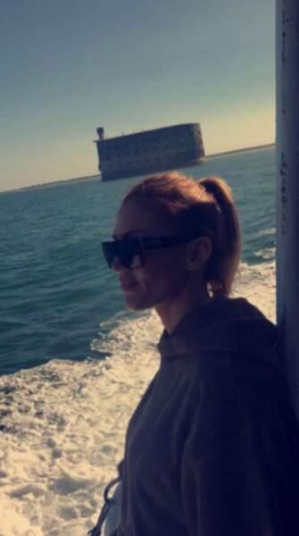 Vitaa a profité du voyage en bateau pour faire son selfie devant le célèbre fort de France 2