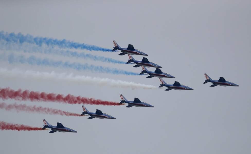 Les avions ont adopté la célèbre formation de la grande flèche