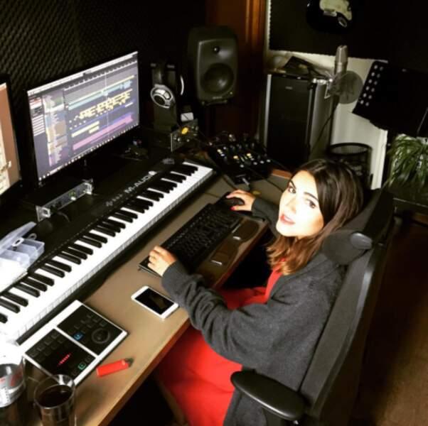 Bien sûr, elle partage volontiers les coulisses de son métier d'artiste sur son compte Instagram !