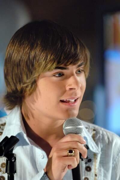 Gros succès sur Disney Channel, High School Musical donne à Efron le rôle d'un joueur de basket populaire au lycée.