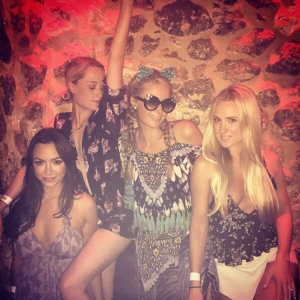 Hey Paris Hilton, les lunettes en boîte de nuit c'est pas obligatoire hein !