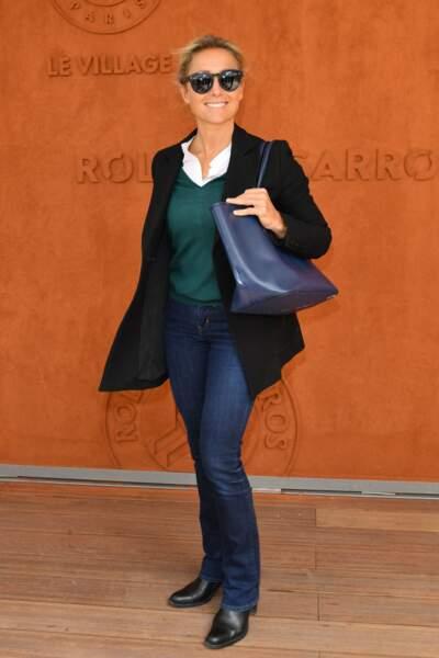 Anne Sophie Lapix presque incognito à Roland Garros avec ses lunettes de soleil