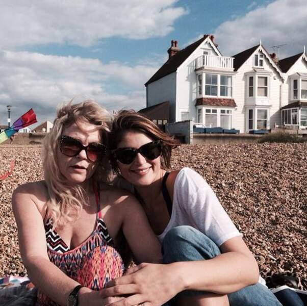 Avec sa maman, sur la plage !
