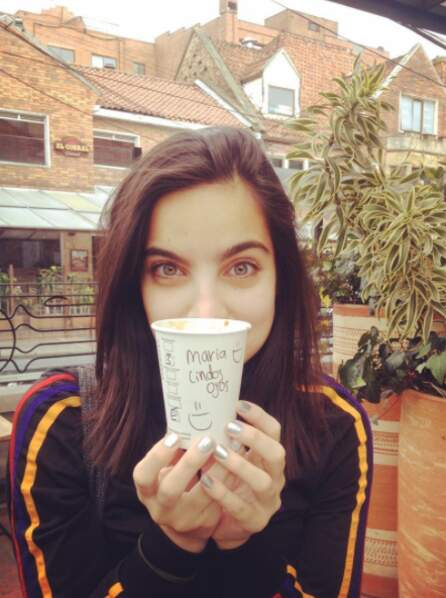 """Elle a aussi du succès auprès des serveurs de café... Sur son gobelet, il est écrit : """"Maria aux jolis yeux"""""""