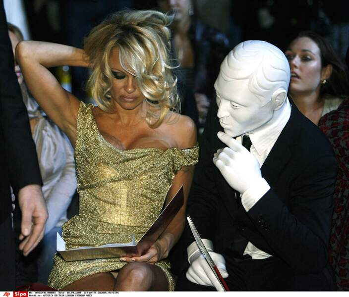 Le visage de l'homme est plus masqué que le décolleté de Pamela Anderson !