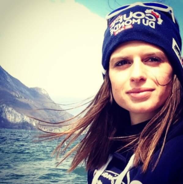 La voici sur les bords du Lac d'Annecy, la ville où elle vit
