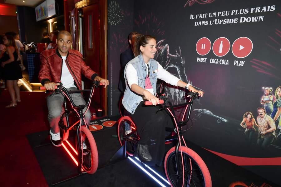 Le basketteur a même fait du vélo pour l'occasion, comme les héros de la série
