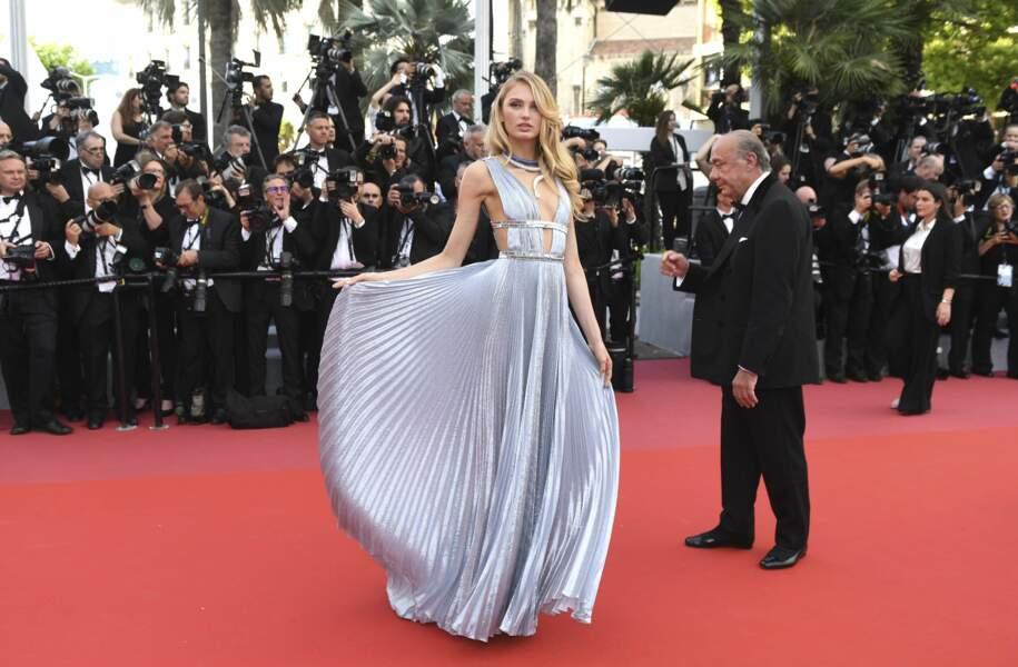 Joli mouvement de robe pour le mannequin Romee Strijd