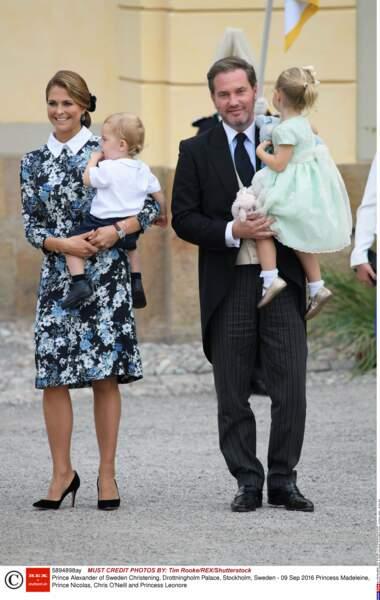 Un brin mémère, tatie Madeleine, non ? Là voilà accompagnée de Chris, son mari et leurs enfants Nicolas et Leonore