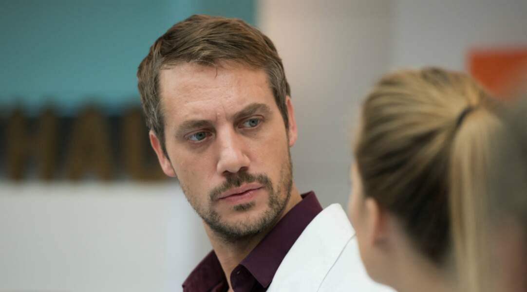 Depuis son accident de voiture, Bastien, le petit ami de Victoire, est dans le coma.
