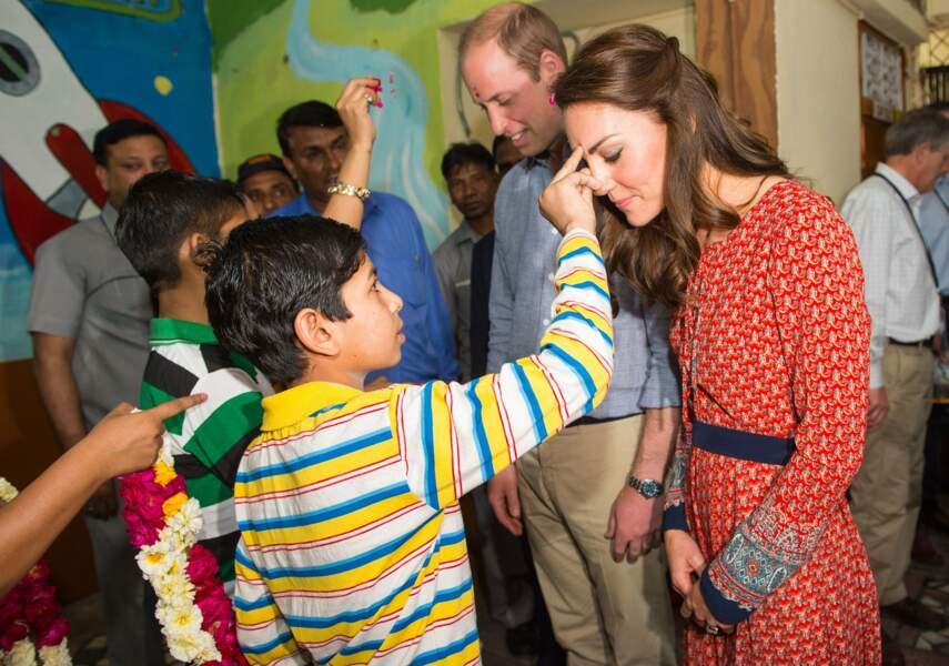 Rencontre avec les enfants pauvres d'un quartier de New Delhi pour ce troisième jour de voyage officiel