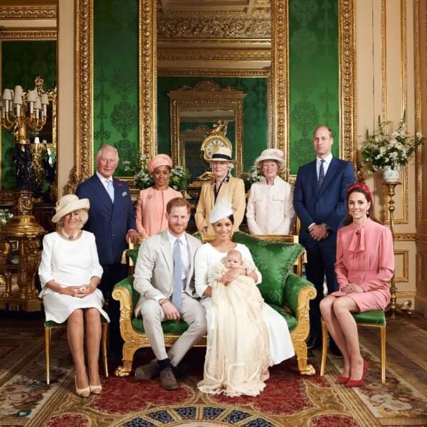 Et l'autre, plus protocolaire, avec plusieurs membres de la famille royale