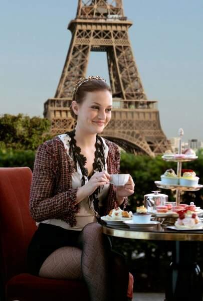 Blair adopte un look Titi Parisien et le gilet façon Coco Chanel pour se rendre dans la capitale Française