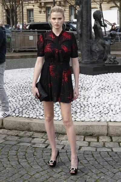 Lara Stone en mini-robe.